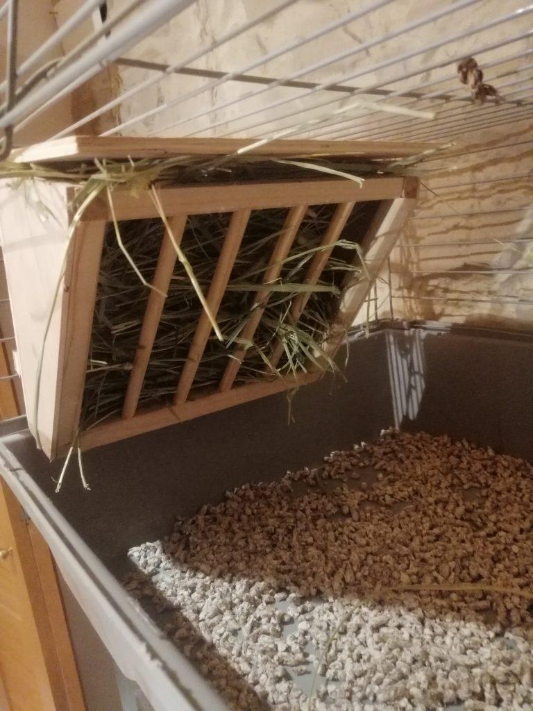comedero o dispensador de madera lleno de heno en altura de la marca KERBL